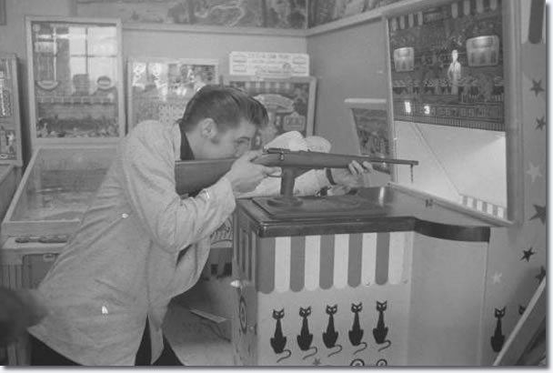 Elvis lets off steam at a downtown pinball arcade, in between Fox Theatre shows. (Photo courtesy of MRPI Collection)