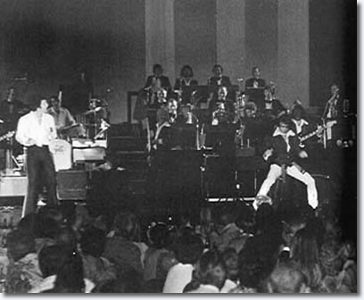 Elvis on stage with Tom Jones (Tom Jones Concert)