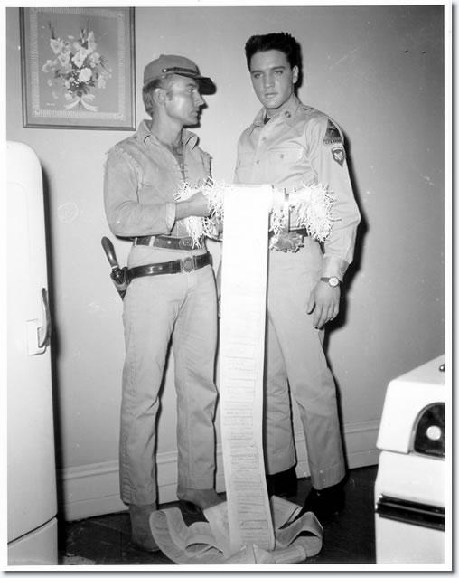 HOMOSEXUALES FAMOSOS - Página 11 Nick_adams_elvis_presley_1960
